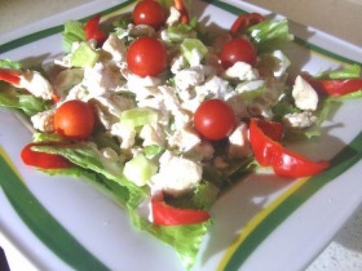 Csirkés saláta fokhagymás öntettel