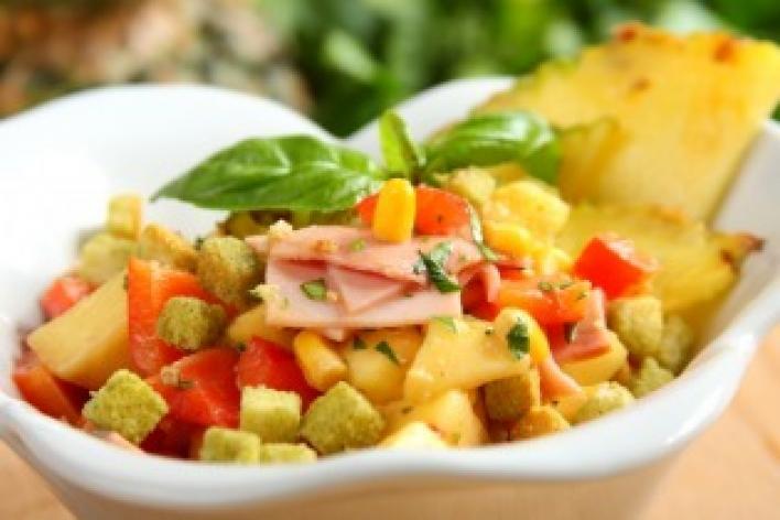 Csípős ananász saláta, sonkával, rizzsel és kukoricával