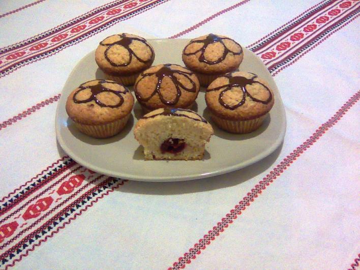 Muffin, közepében meggyel, a tetején csokoládédíszítéssel