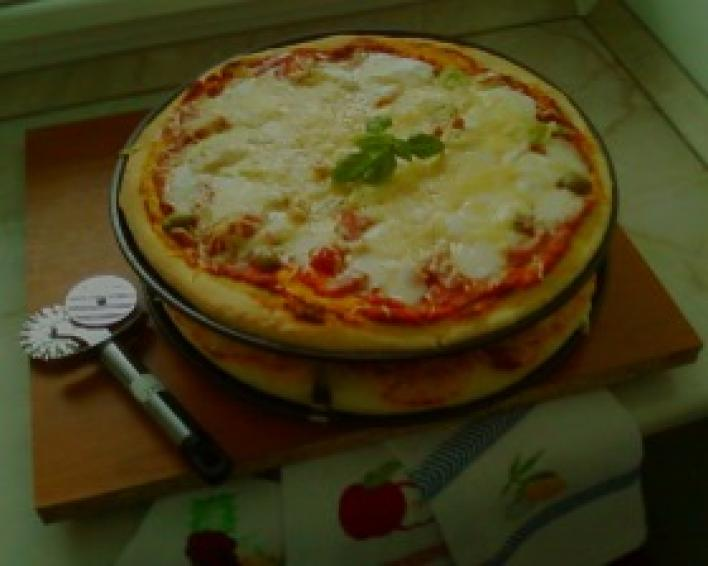 Sajtos-paradicsomos pizza