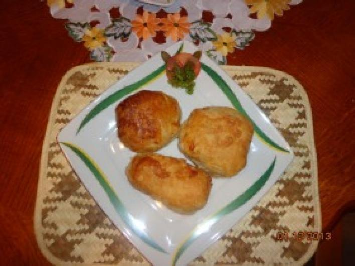 Tésztában sült, fűszeres sajtos-sonkás csirkecombok