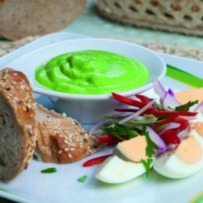 Majonézes avokádókrém főtt tojással, barna kenyéren
