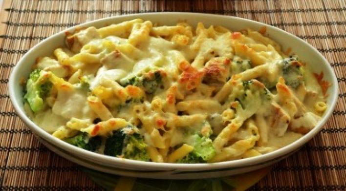 Penne csirkével, brokkolival és sajttal sütve