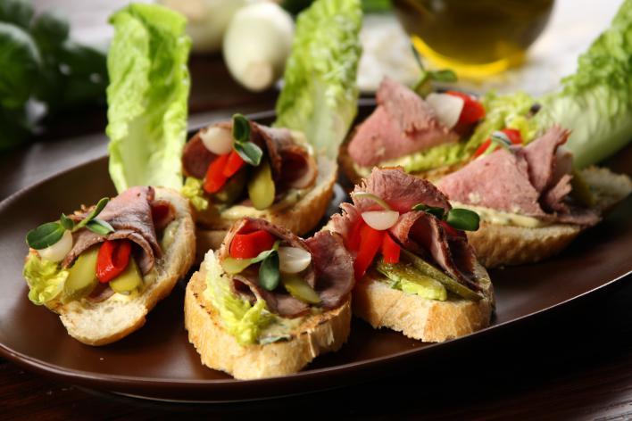 Mini szendvicsek marhasülttel és savanyúsággal