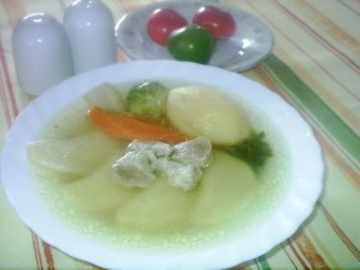 Sertéshúsleves zöldséges húsos párnácskákkal