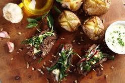 Grillezett bélszín arugula salátával és héjában sült krumplival