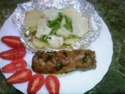 Fűszeres göngyölthús sütőben, párolt zöldségekkel