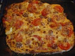 Kolbászos-paradicsomos pizza