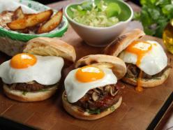 Amerikai hamburger gombával és tükörtojással