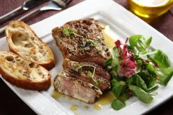Grillezett steak saláta pirítóssal