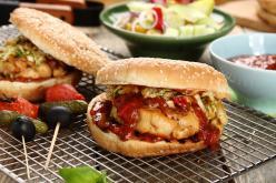 Csirke burger káposzta salátával