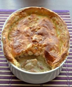 Gombás, tejszínes csirkeragu kolozsvári szalonnával, tésztakéregben sütve