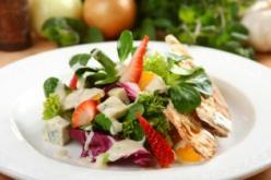 Szicíliai saláta eperrel, naranccsal és kék sajttal