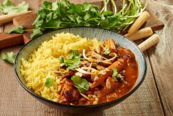 Zöldséges indiai ragu babbal és bébi kukoricával