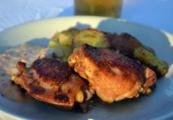 Majorannás csirkecomb grillezve, sült paprikás majonézzel