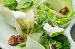 Brokkoli- és körtesaláta joghurttal