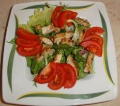 Grillezett csirkemell salátaágyon, balzsamecettel