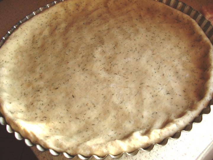 Kapros-tejfölös kenyérlángos lilahagymával és tarjakockákkal elkészítés 7. lépés képe