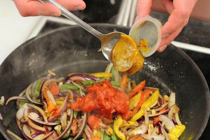 Tortilla tekercsek paprikával töltve elkészítés 4. lépés képe