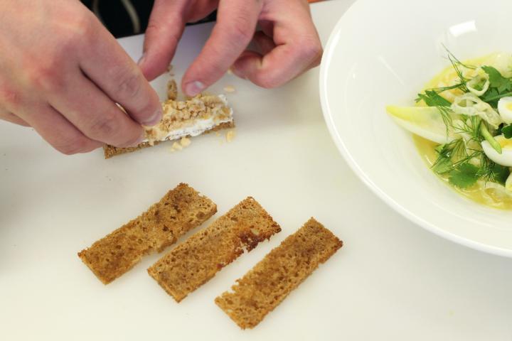 Saláta friss fűszernövényekkel, édesköménnyel és kakukkfű olajjal. elkészítés 5. lépés képe