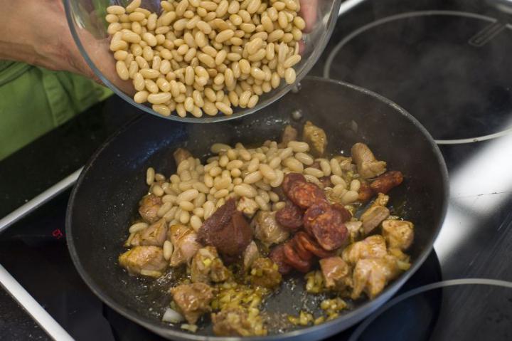 Spanyol sertéshúsos, kolbászos bab elkészítés 3. lépés képe