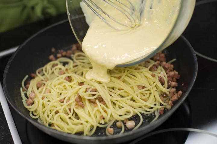 Spaghetti Carbonara elkészítés 5. lépés képe