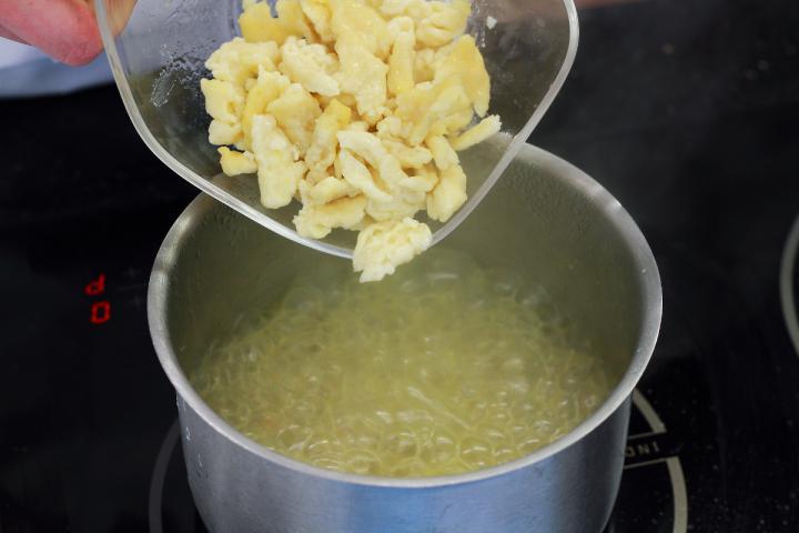 Savanyú káposzta leves  galuskával elkészítés 3. lépés képe