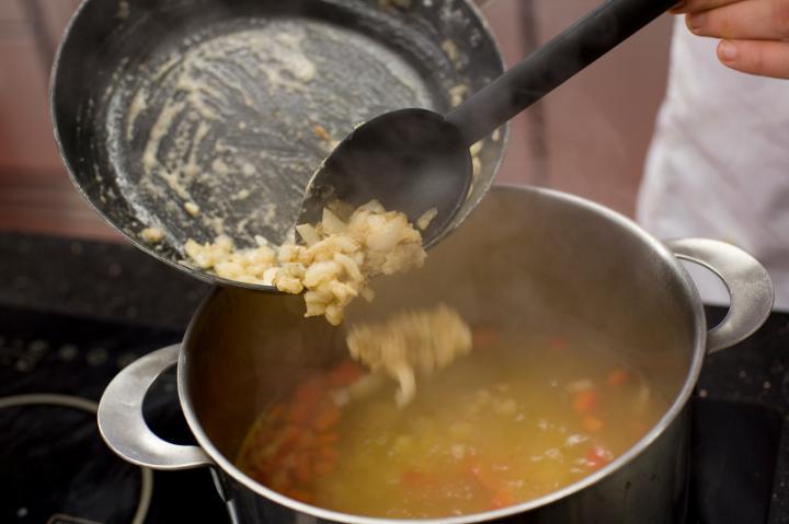 Burgonyás kaliforniai paprika leves elkészítés 4. lépés képe