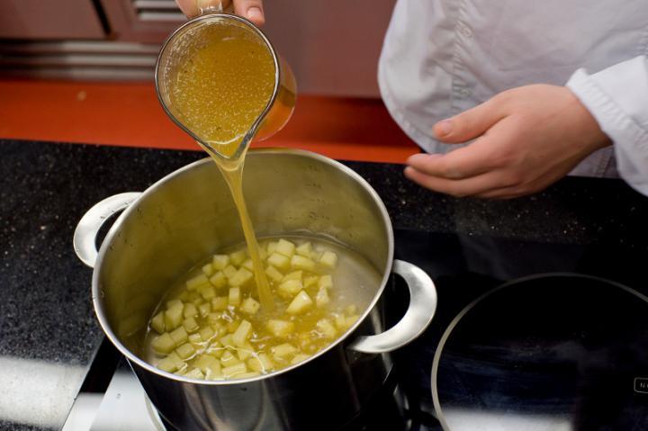 Szoljanka (savanyú leves) pontyból elkészítés 1. lépés képe