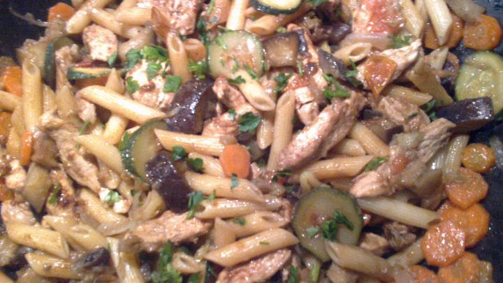 Pennés csirke zöldségágyon, wokban elkészítve elkészítés 3. lépés képe