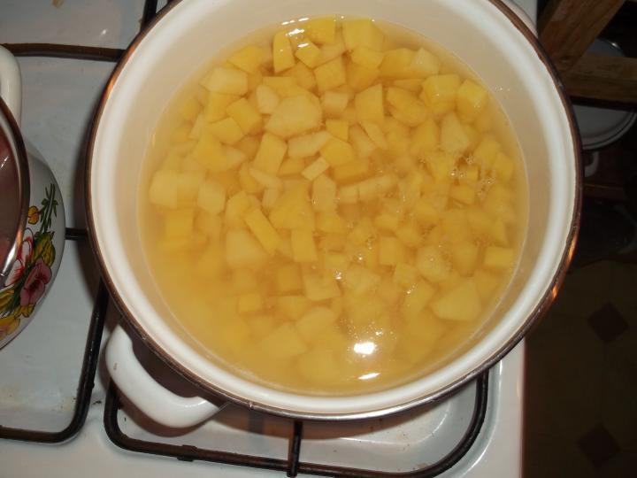 Rögtönzött virsli ragu, petrezselymes burgonyával elkészítés 2. lépés képe