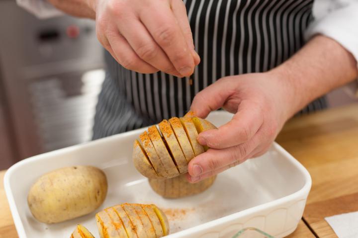 Grillezett burgonya füstölt sajttal és spenóttal töltve elkészítés 2. lépés képe