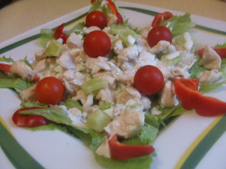 Csirkés saláta fokhagymás öntettel elkészítés 4. lépés képe