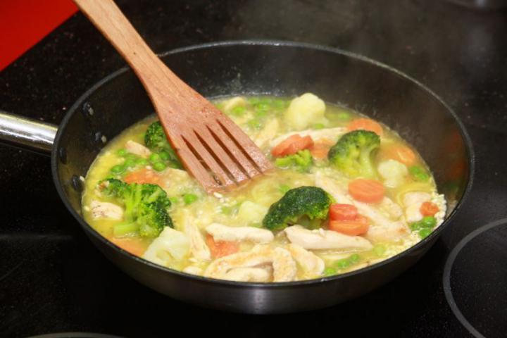 Csirkehúsos zöldséges rizottó elkészítés 4. lépés képe