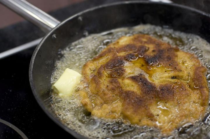 Borjú bécsi burgonyasalátával elkészítés 4. lépés képe