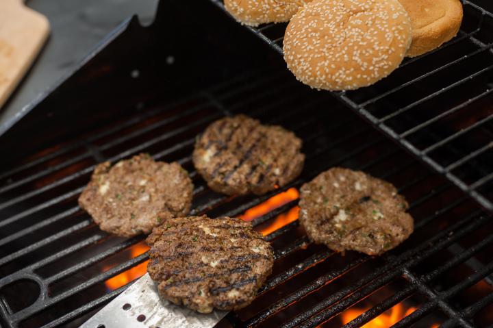 Dupla burger kék sajttal és lilahagyma lekvárral elkészítés 3. lépés képe