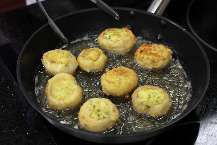 Töltött gombakalapok tejszínes szósszal elkészítés 5. lépés képe