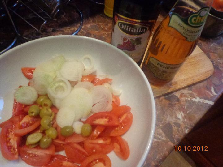 Sült fokhagymával töltött parenyica sajt paradicsomsalátával elkészítés 1. lépés képe