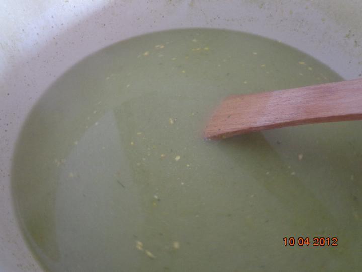Zöldbabos brokkoli krémleves elkészítés 2. lépés képe