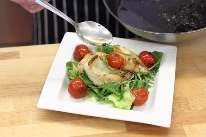 Grillezett fogas saláta elkészítés 4. lépés képe