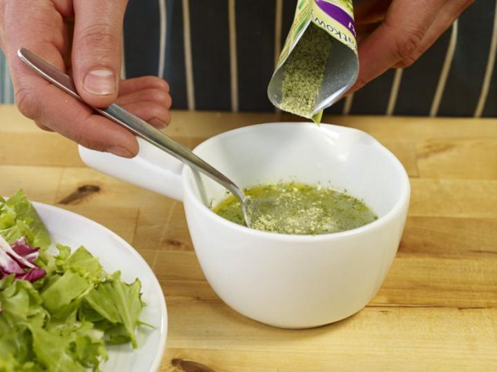 Saláta camemberttel és aszalt szilvával töltött csirkével elkészítés 5. lépés képe
