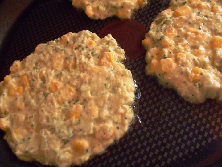 Brokkolis kukoricalepénykék elkészítés 4. lépés képe
