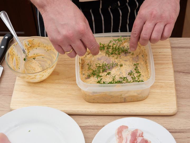 Tejfölös fokhagymás pácolt csirkemell elkészítés 4. lépés képe