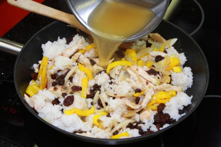 Fahéjas csirke korianderrel és rizzsel elkészítés 6. lépés képe