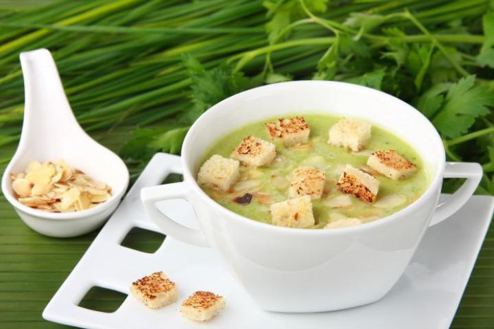 Brokkolikrém leves mandulával elkészítés 5. lépés képe