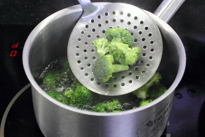 Csirkemellel és brokkolival sütött penne elkészítés 2. lépés képe