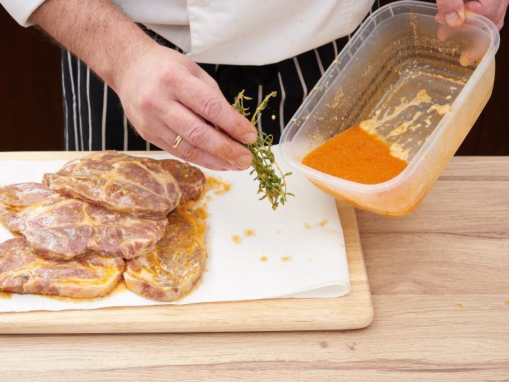 Kakukkfüves fokhagymás sertés tarja elkészítés 4. lépés képe