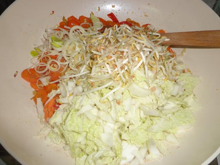 Thai húsgombócos zöldségleves elkészítés 3. lépés képe