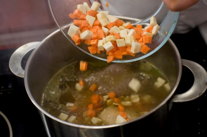 Marhahúsleves zöldségekkel és parmezános palacsintával elkészítés 2. lépés képe