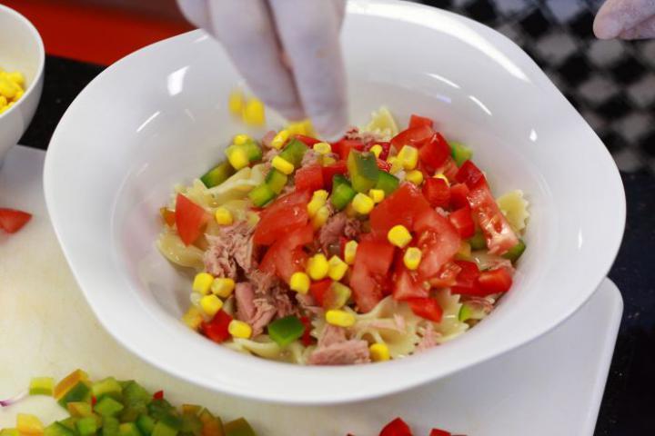 Farfalle tésztás saláta tonhallal elkészítés 4. lépés képe